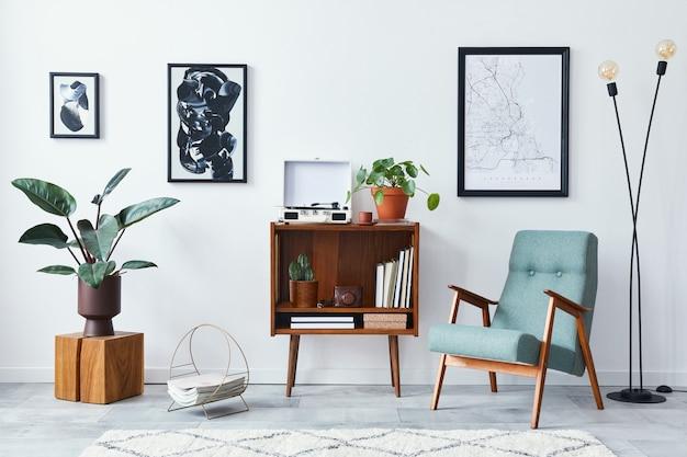 Nowoczesna kompozycja retro wnętrza salonu z designerską drewnianą szafką, stylowym fotelem, mapą plakatową, roślinami, magnetofonem winylowym, książkami i akcesoriami osobistymi w wystroju domu.