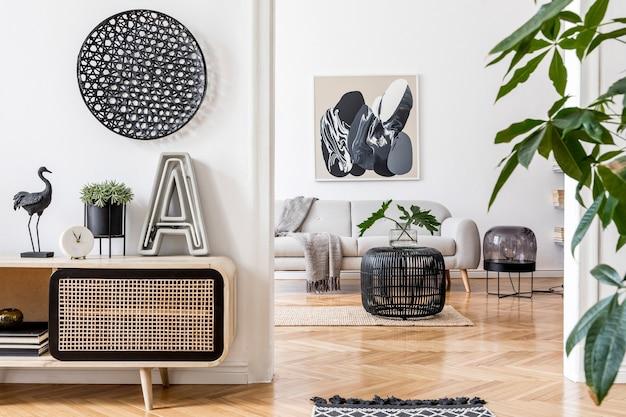 Nowoczesna kompozycja salonu z sofą i ramą makiety w wystroju domu szablon