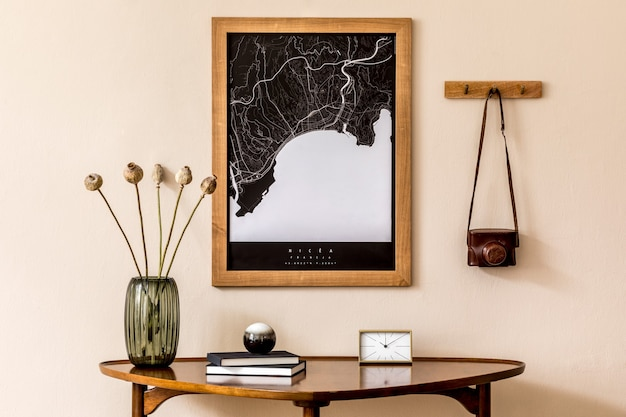 Nowoczesna kompozycja salonu ze stołem projektowym i mapą makiety w wystroju domu szablon