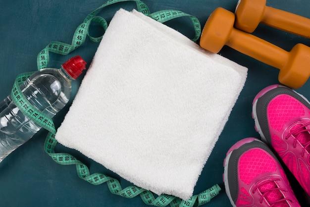Nowoczesna kompozycja sportowa z elementami siłowni