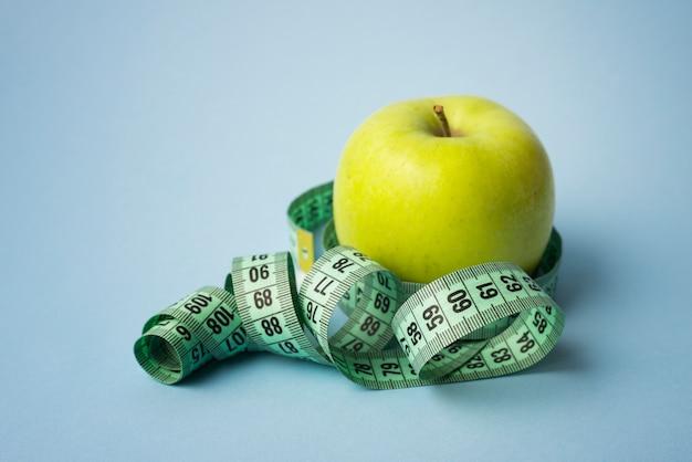 Nowoczesna kompozycja sportowa z jabłkiem