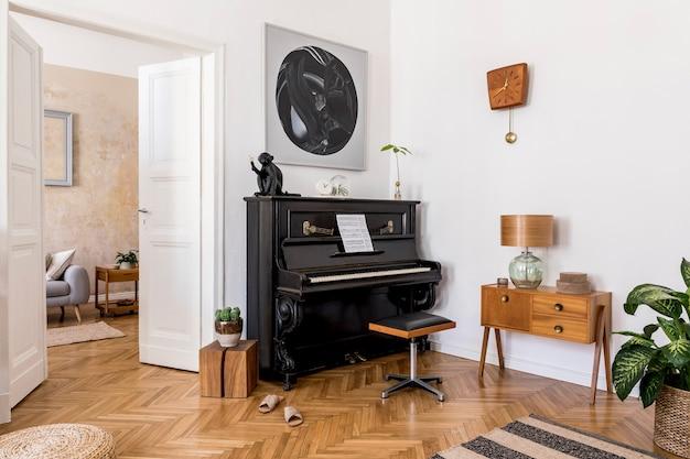 Nowoczesna kompozycja wnętrza domu ze stylowym czarnym fortepianem, designerskimi meblami, roślinami, dekoracjami, kwiatami, makietami i eleganckimi dodatkami osobistymi w modnym wystroju domu.