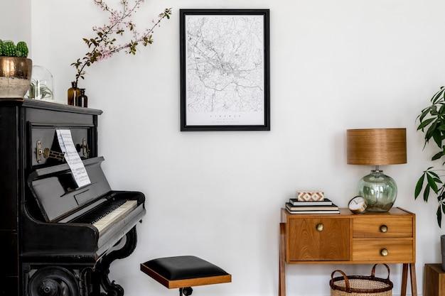Nowoczesna kompozycja wnętrza domu ze stylowym czarnym pianinem, designerską szafką, kaktusami, kwiatem, lampą, dekoracją, makietą mapy plakatowej i eleganckimi akcesoriami osobistymi w stylowym wystroju domu.