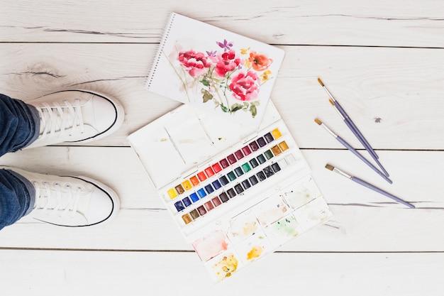Nowoczesna koncepcja artysty z pędzlami i kolorową farbą