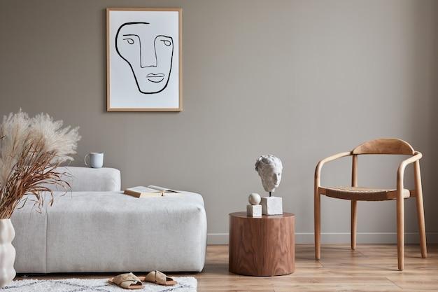 Nowoczesna koncepcja wnętrza salonu z designerską sofą modułową, drewnianym krzesłem, suszonymi kwiatami w wazonie, stolikiem kawowym, dekoracją i eleganckimi akcesoriami osobistymi w stylowym wystroju domu.