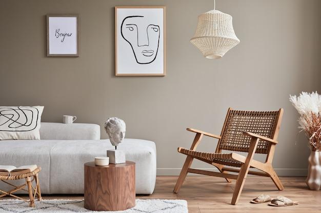 Nowoczesna koncepcja wnętrza salonu z designerską sofą modułową, fotelem rattanowym, suszonymi kwiatami w wazonie, stolikiem kawowym, dekoracją i eleganckimi akcesoriami osobistymi w stylowym wystroju domu..