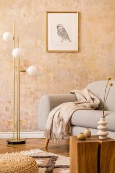 Nowoczesna koncepcja wnętrza salonu ze złotą lampą, designerską szarą sofą, drewnianą kostką, rattanową pufą, ramką na zdjęcia, suszonymi kwiatami w wazonie, dywanem i eleganckimi dodatkami w wystroju domu.