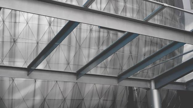 Nowoczesna konstrukcja z metalu i szkła w dzielnicy biznesowej na tle błękitnego nieba