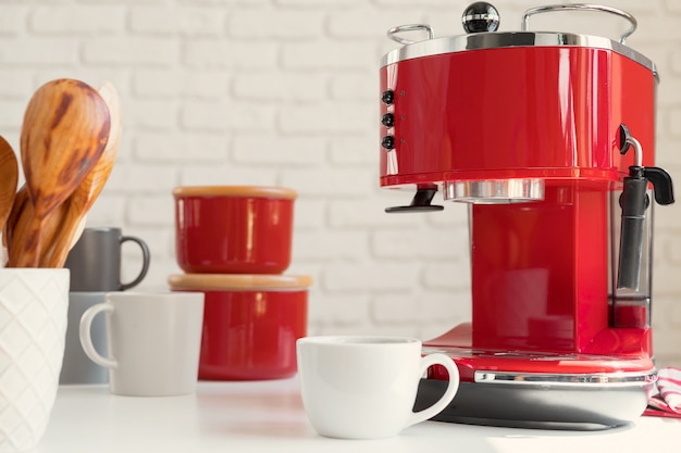 Nowoczesna kuchnia, czerwony ekspres do kawy w stylu retro z bliska