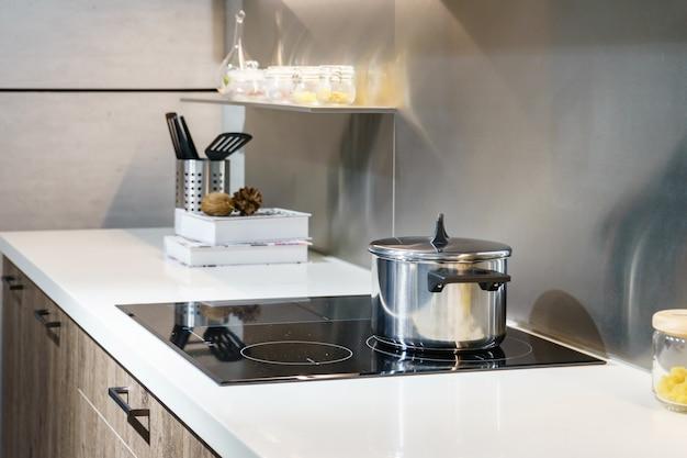 Nowoczesna kuchnia garnek gotowanie indukcyjna kuchenka elektryczna koncepcja