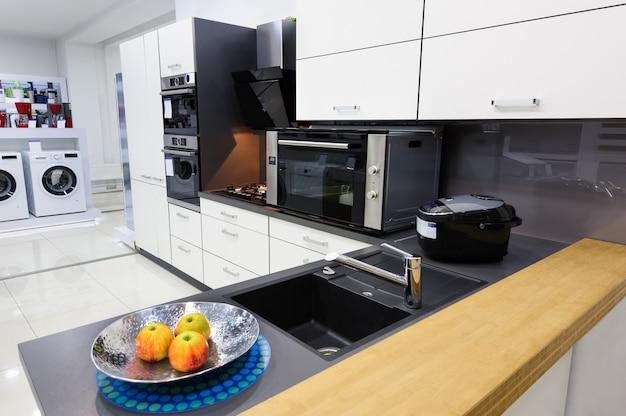 Nowoczesna kuchnia hi-tek, czysty wystrój wnętrz