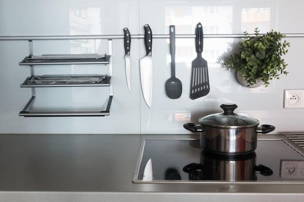 Nowoczesna kuchnia w domu z przyborami kuchennymi