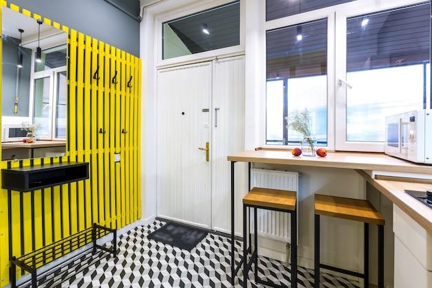 Nowoczesna kuchnia w stylu loftu z żółtymi drzwiami wewnętrznymi