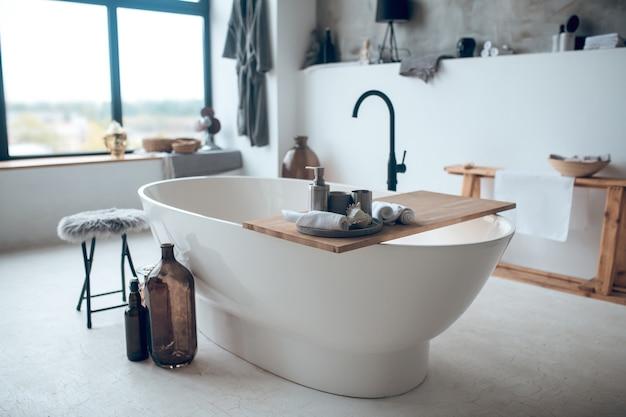 Nowoczesna ładna łazienka z dużą wanną