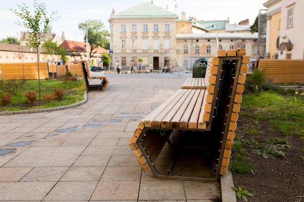 Nowoczesna ławka w parku rekreacyjnym we lwowie