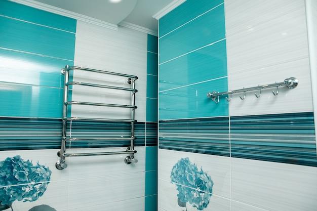 Nowoczesna łazienka w kolorze niebieskim.