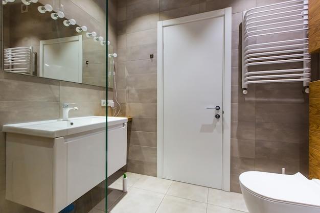 Nowoczesna łazienka z prysznicem w małym mieszkaniu