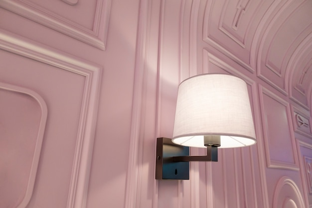 Nowoczesna luksusowa lampa w pięknej restauracji