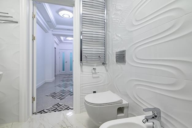 Nowoczesna luksusowa łazienka w kolorze białym i chromowanym