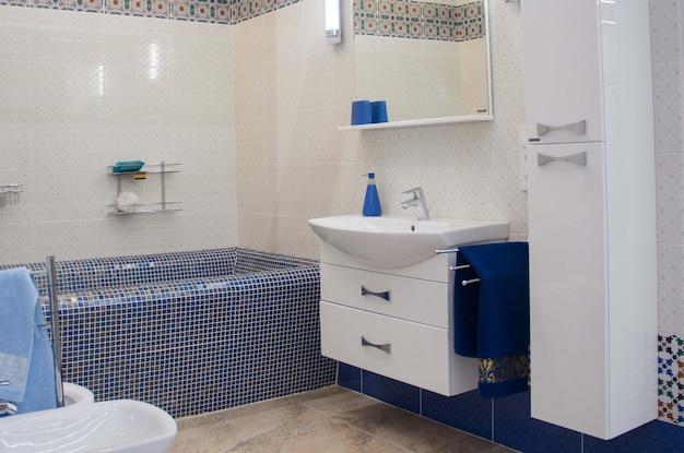 Nowoczesna luksusowa łazienka z dużą wanną i mozaiką.