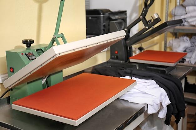 Nowoczesna maszyna drukarska w miejscu pracy