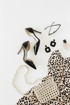 Nowoczesna moda damska odzież i akcesoria na białej powierzchni