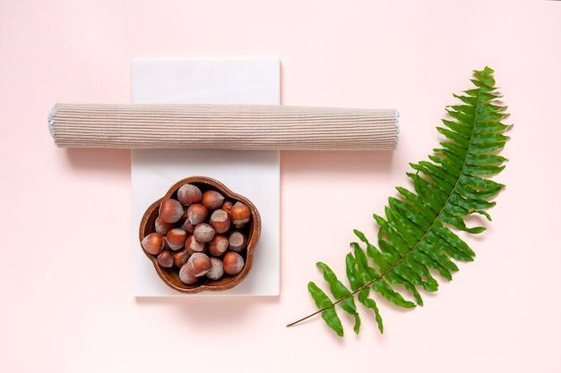 Nowoczesna, modna koncepcja wellness z migdałami, płytą z naturalnego kamienia i liśćmi paproci.