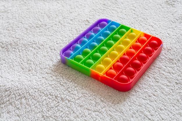 Nowoczesna, modna zabawka pop to dla dzieci z elastycznego materiału silikonowego