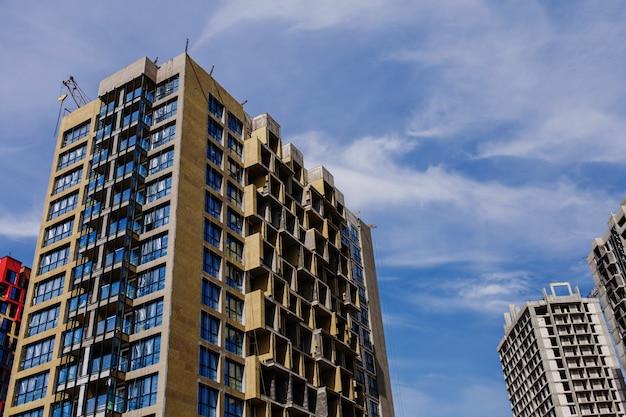 Nowoczesna obudowa. budowa nowych budynków w europie