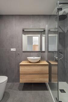 Nowoczesna odnowiona łazienka w minimalistycznym stylu