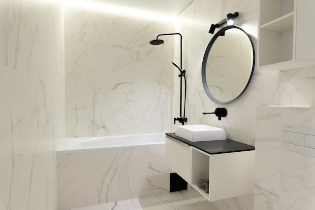 Nowoczesna przestronna łazienka z marmurowymi płytkami z śnieżnobiałą toaletą