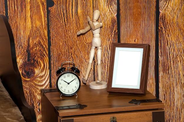 Nowoczesna pusta ramka na zdjęcia na nowoczesnej szufladzie. makieta ramki phto