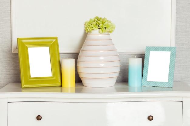 Nowoczesna pusta ramka na zdjęcia na nowoczesnej szufladzie