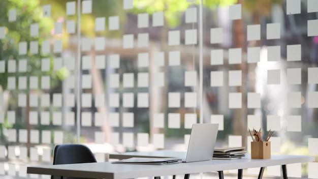 Nowoczesna sala biurowa z laptopem i artykułami biurowymi