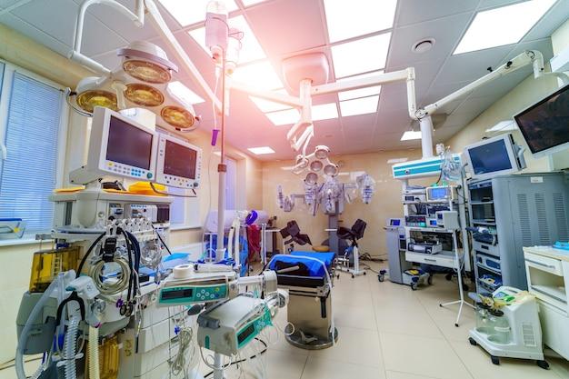 Nowoczesna sala chirurgiczna. sala operacyjna. nowoczesny sprzęt w klinice. pogotowie.
