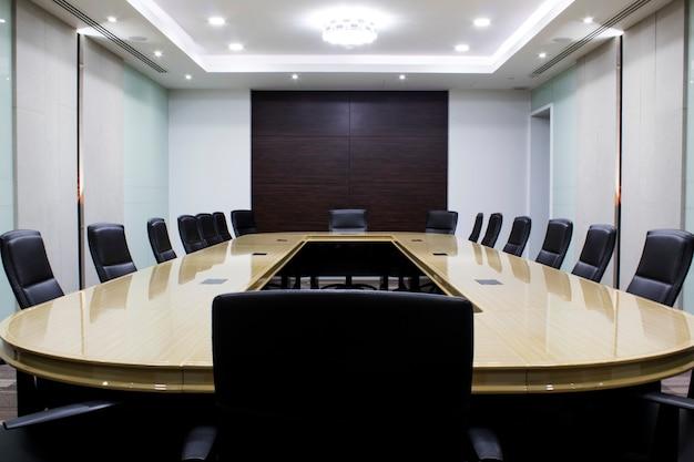 Nowoczesna sala konferencyjna ze stołem i krzesłami. pokój klasztorny. pokój konferencyjny