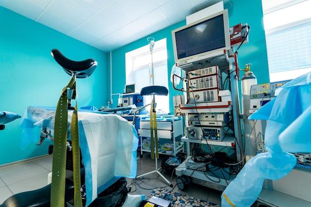 Nowoczesna sala operacyjna z zaawansowanym sprzętem, specjalistycznym sprzętem medycznym, wnętrze sali szpitalnej.