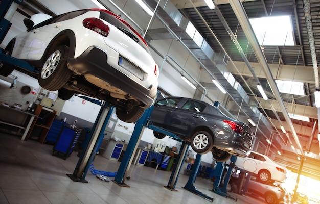 Nowoczesna stacja naprawy samochodów z dużą ilością wind oraz specjalistycznym sprzętem do diagnostyki i serwisu napraw samochodów