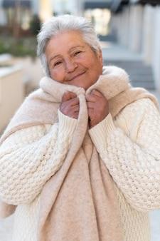 Nowoczesna starsza kobieta mieszkająca w mieście