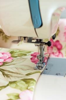 Nowoczesna stopka dociskowa do maszyn szwalniczych, wykonująca szew na tkaninie kolorowej. proces szycia