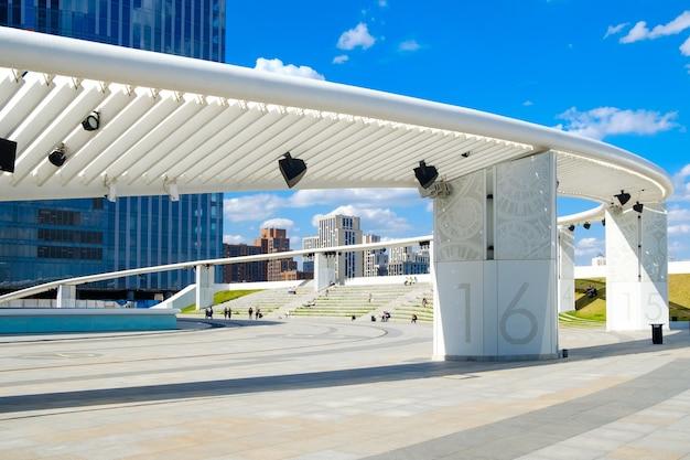 Nowoczesna strefa rekreacyjna o abstrakcyjnych formach architektonicznych