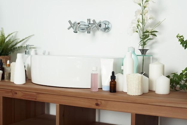 Nowoczesna stylowa łazienka we współczesnym mieszkaniu