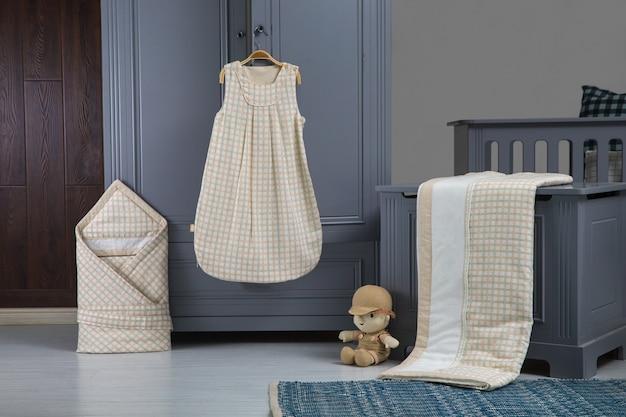 Nowoczesna sypialnia dla dzieci w bieli z łóżkiem, regałem i dywanem