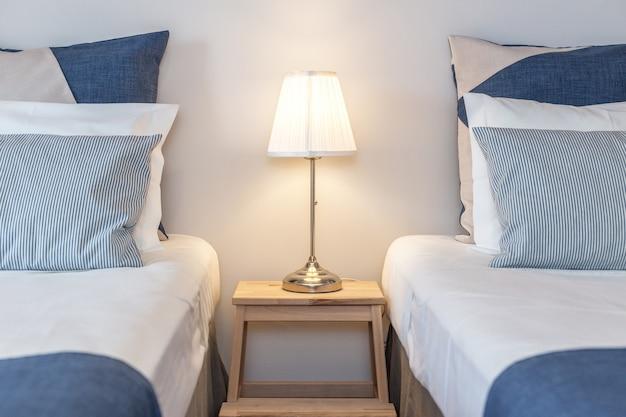 Nowoczesna sypialnia z poduszkami i łóżkiem dla turystów. frontalnie.
