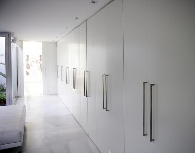 Nowoczesna szafa biała z długim korytarzem, współczesna