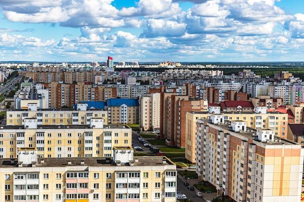 Nowoczesna wielopiętrowa dzielnica mieszkaniowa. kredyty hipoteczne dla młodej rodziny. białoruś. soligorsk.