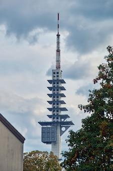 Nowoczesna wieża telewizyjna