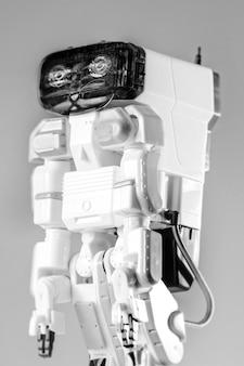 Nowoczesna zaawansowana zabawka autonomicznego robota na białym tle.