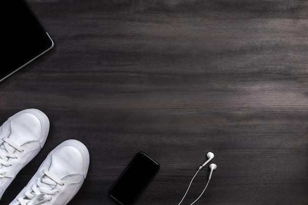 Nowoczesne akcesoria mody męskiej i urządzenia elektroniczne na ciemnym drewnie