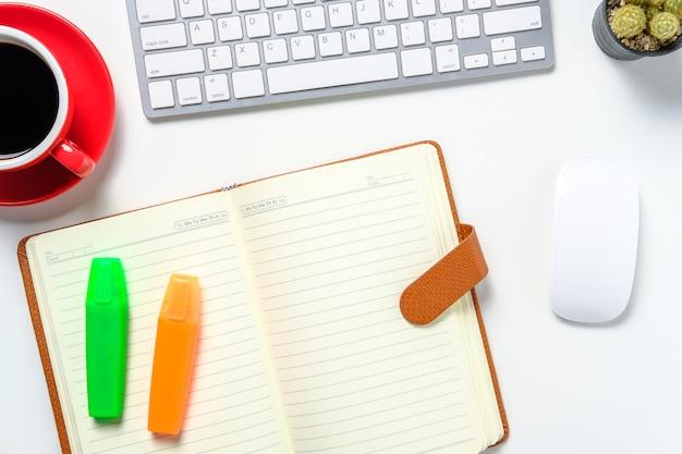 Nowoczesne białe biurko z notatnikiem myszy klawiatury
